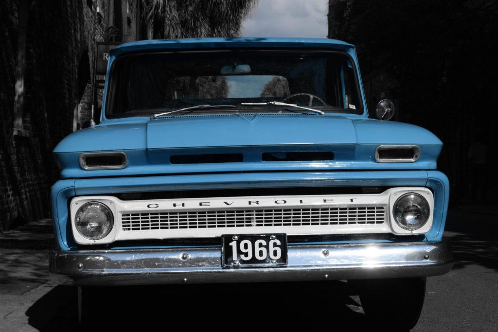 Blauer Chevrolet geparkt auf der Straße. Geile Farbe