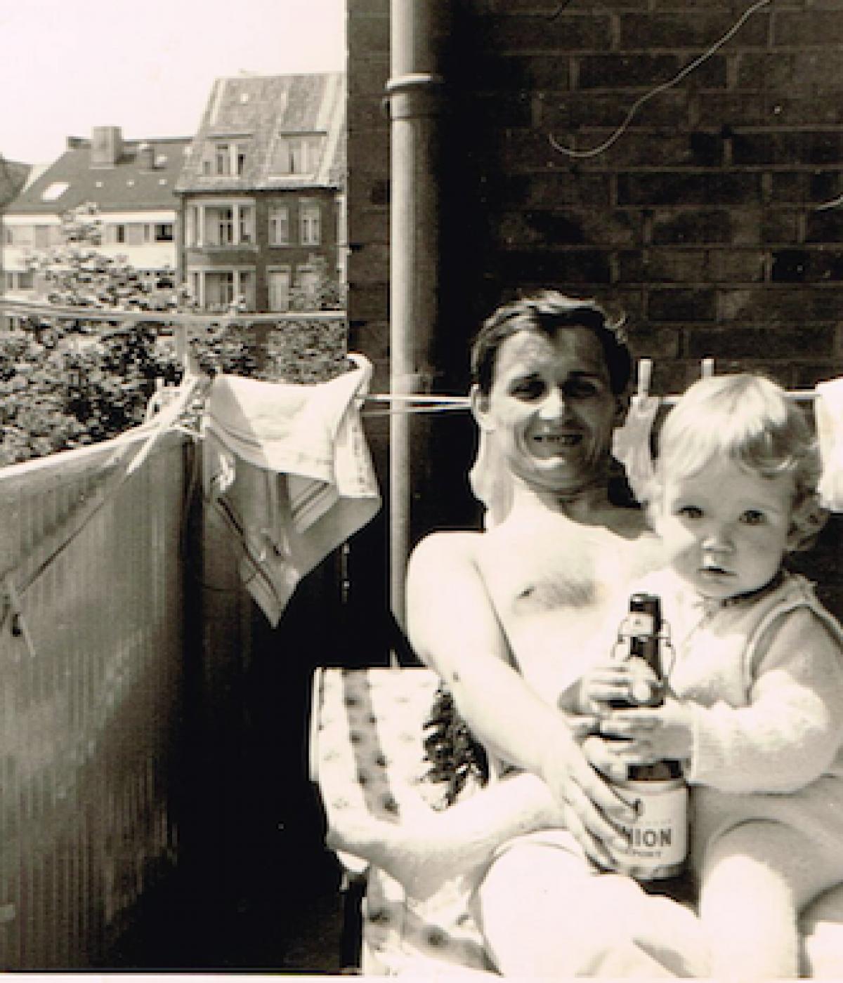 Papa und ich mit erster Bierflasche